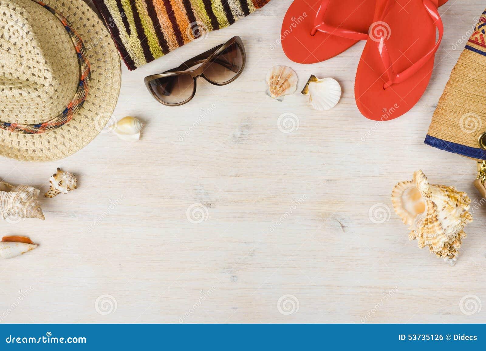 Vista superior de acessórios da praia do verão no fundo de madeira