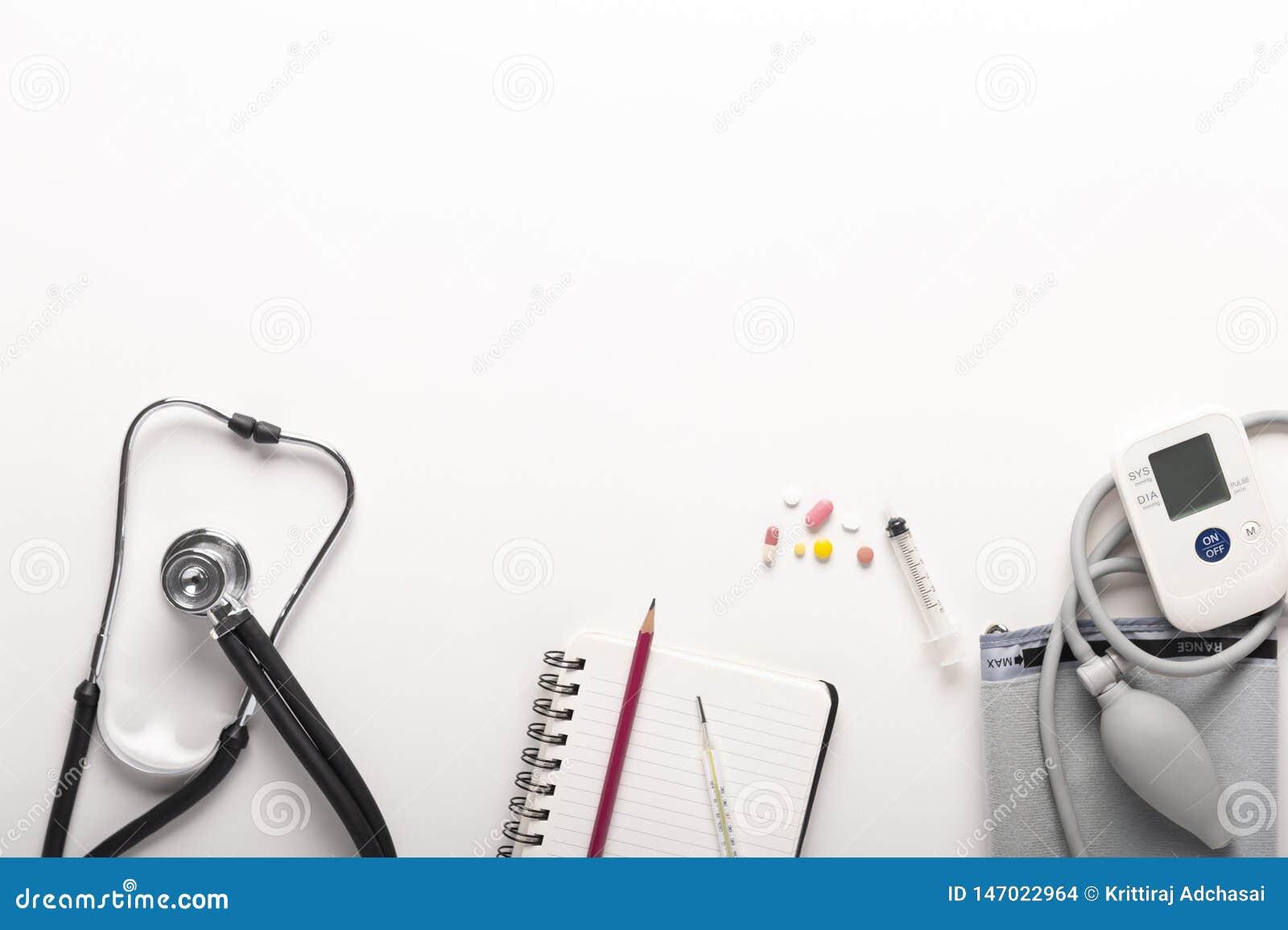 Vista superior de estetoscopios, monitor y drogas portátiles automáticos de la presión arterial o del ritmo cardíaco en el fondo