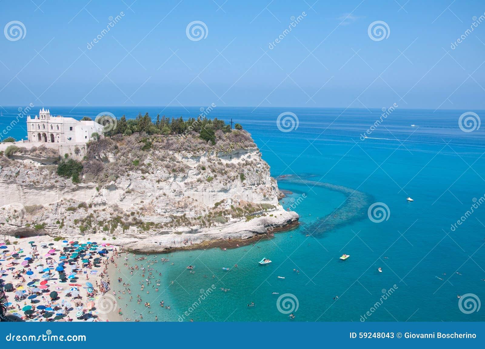 Vista superior de la iglesia situada en la isla de Tropea, Calabria