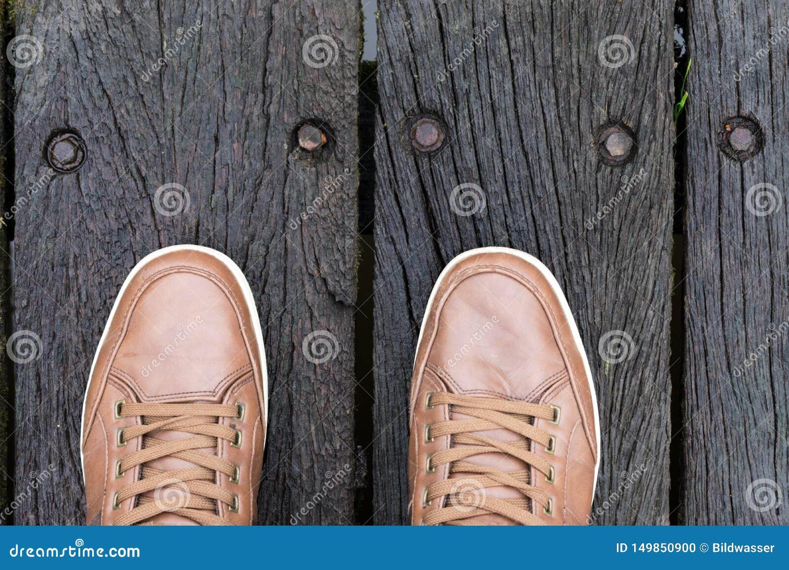 Vista superior de las piernas y de los zapatos de un hombre Concepto del desgaste de la calle