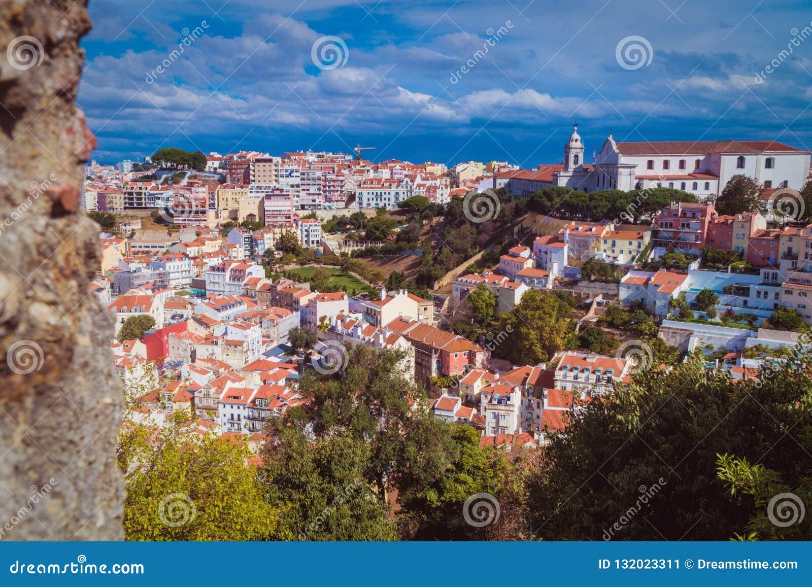 Vista superior de Lisboa com céu azul 3