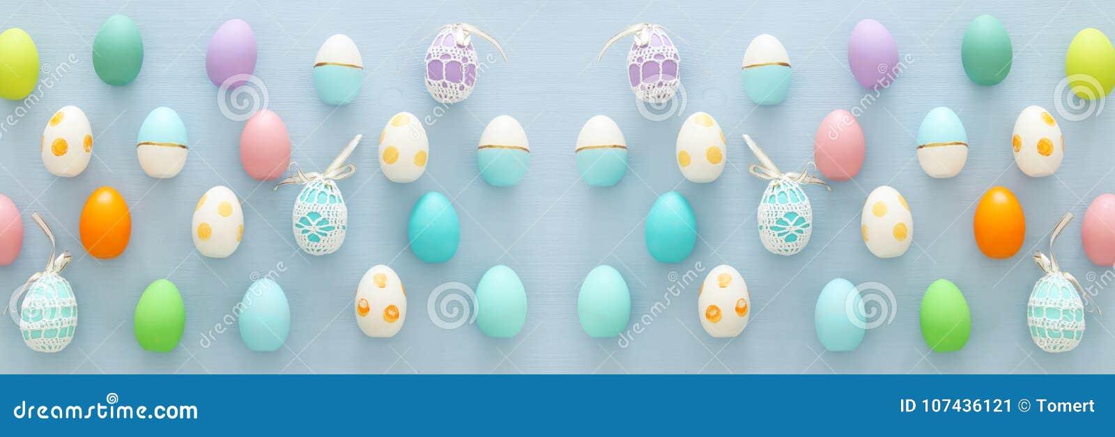 Vista superior de los huevos coloridos de pascua sobre fondo azul