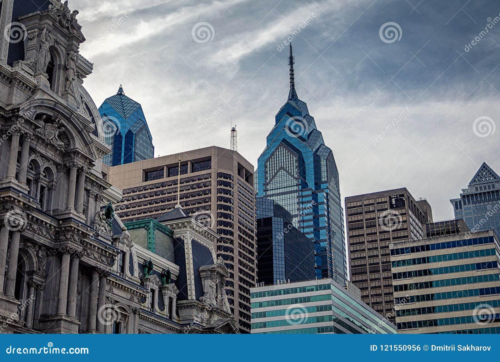 Vista superior de los rascacielos modernos de Philadelphia y del edificio histórico ayuntamiento