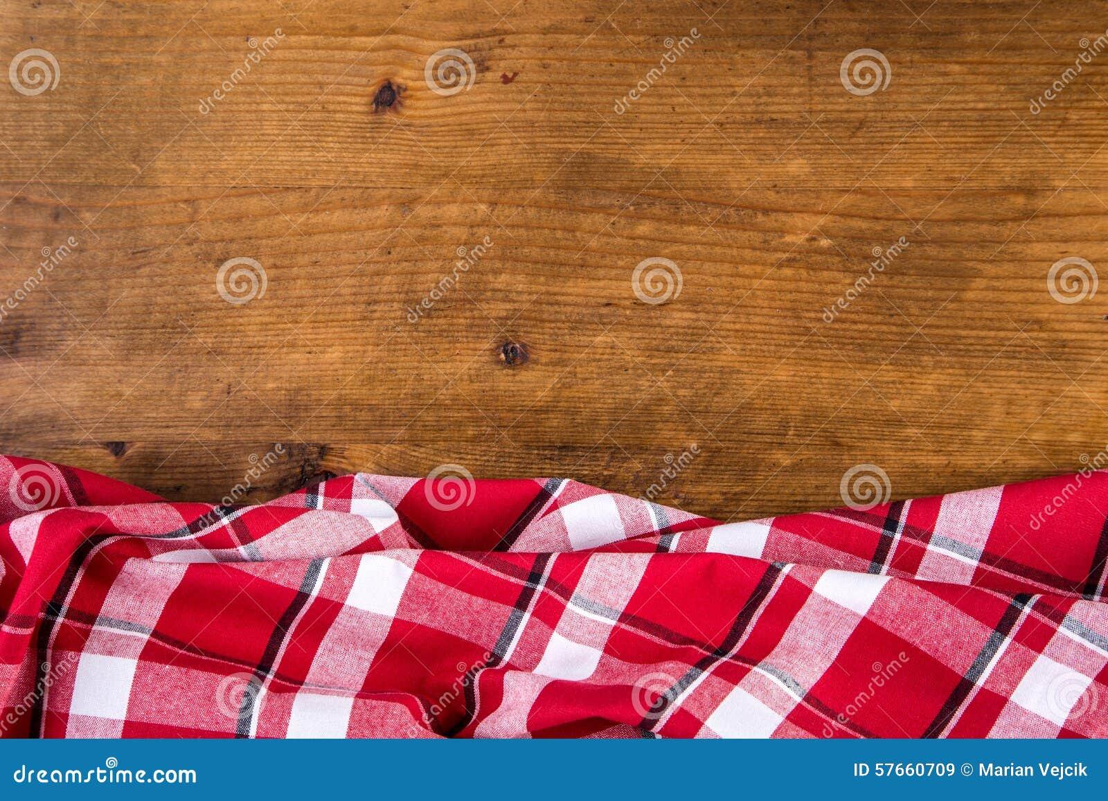 Vista superior de toalhas de cozinha quadriculado na tabela de madeira
