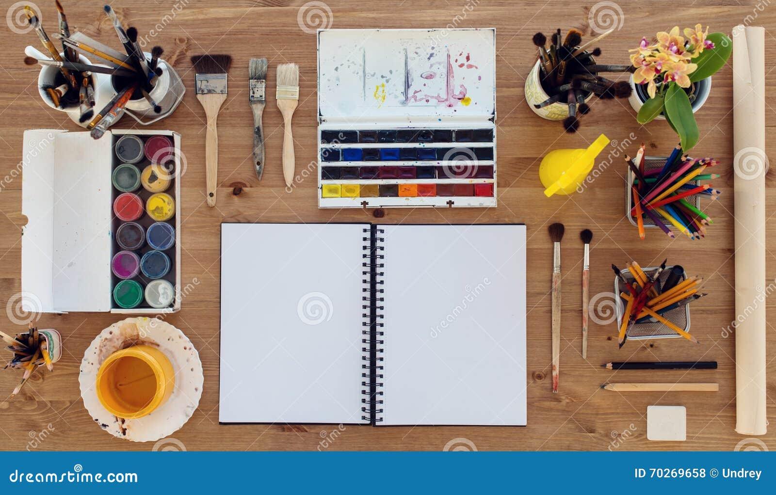 Vista superior de um local de trabalho do pintor Mesa de madeira com a paleta colorida das pinturas da aquarela, do aquarelle e d