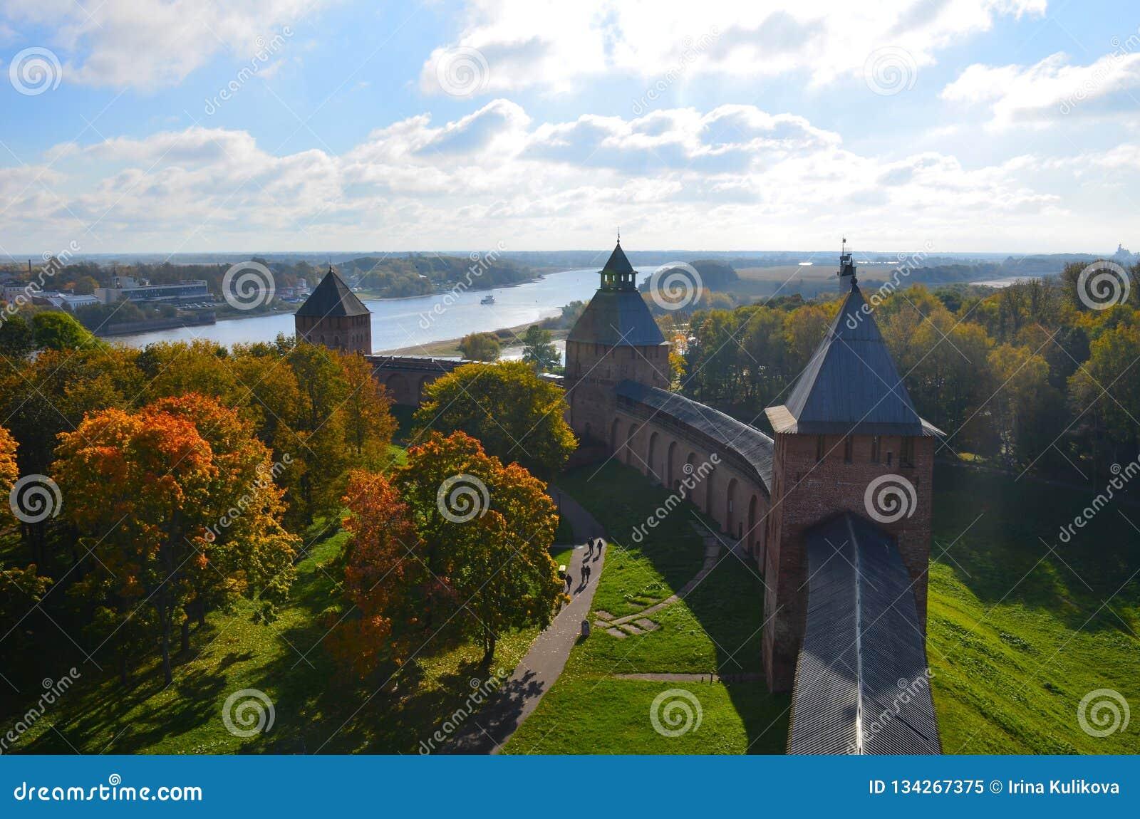 Vista superior de uma das torres do Kremlin em Veliky Novgorod no dia ensolarado do outono, Rússia