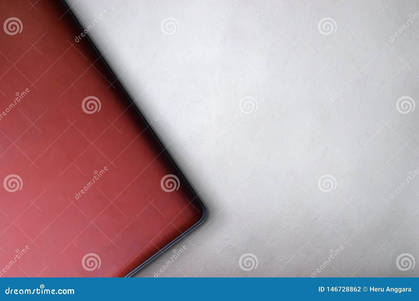 Vista superior del mejor fondo del ordenador portátil rojo para la plantilla de la presentación