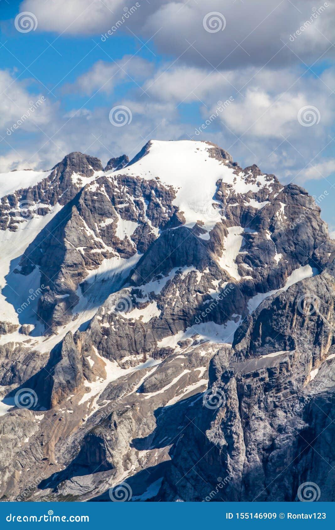 Vista superior del paisaje alpino según lo visto del Sass Pordoi el Tirol del sur, montañas de las dolomías, con la selección de