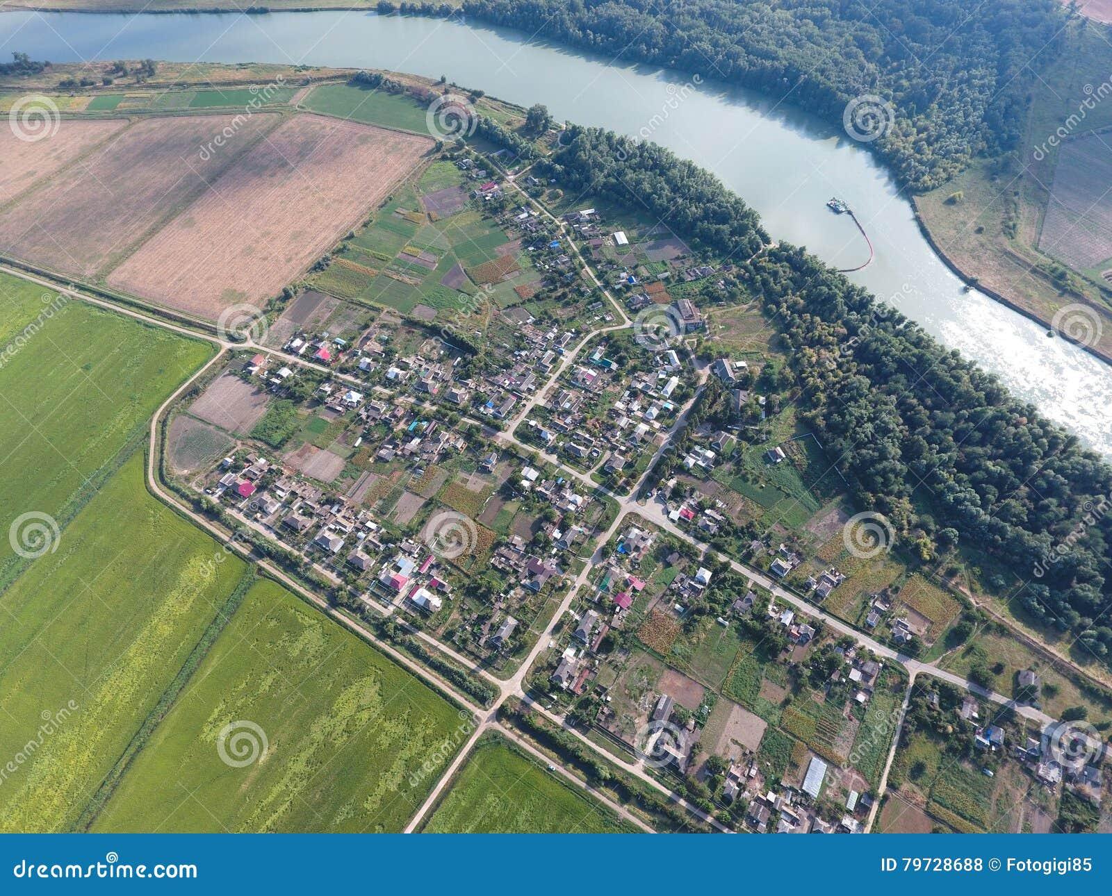 Vista superior del pequeño pueblo Aerophotographing sobre el pueblo