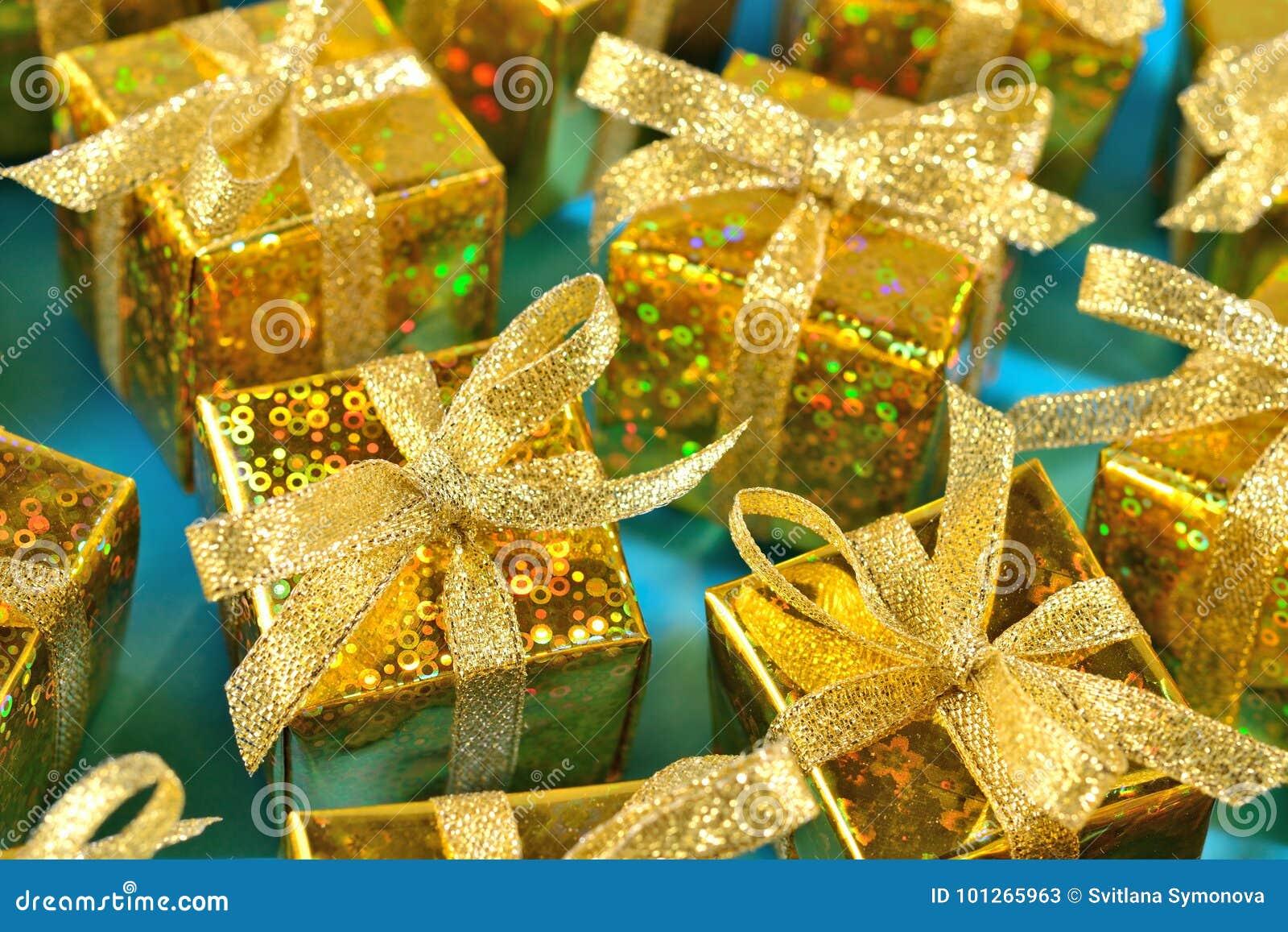 Vista superior del primer de oro de los regalos en un azul