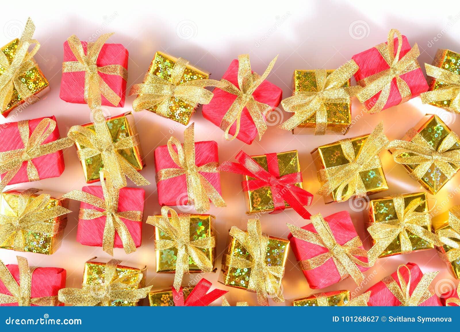 Vista superior del primer de oro y rojo de los regalos