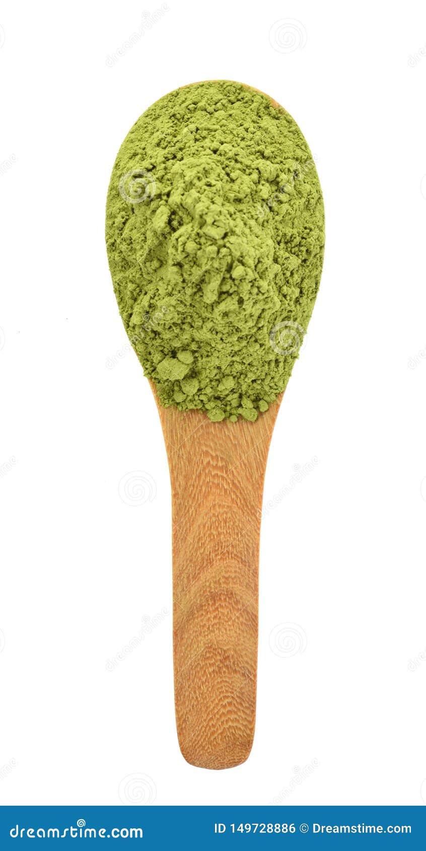 Vista superior del té verde del polvo en la cuchara de madera aislada en el fondo blanco