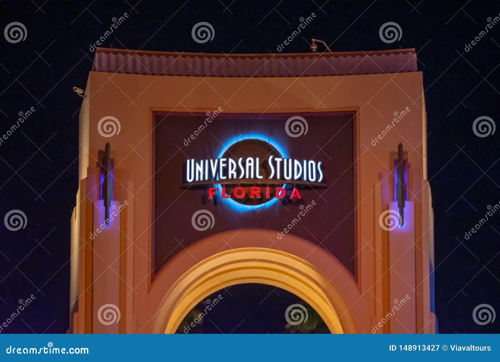 Vista superior do arco de Universal Studios na noite em Citywalk na ?rea de Universal Studios