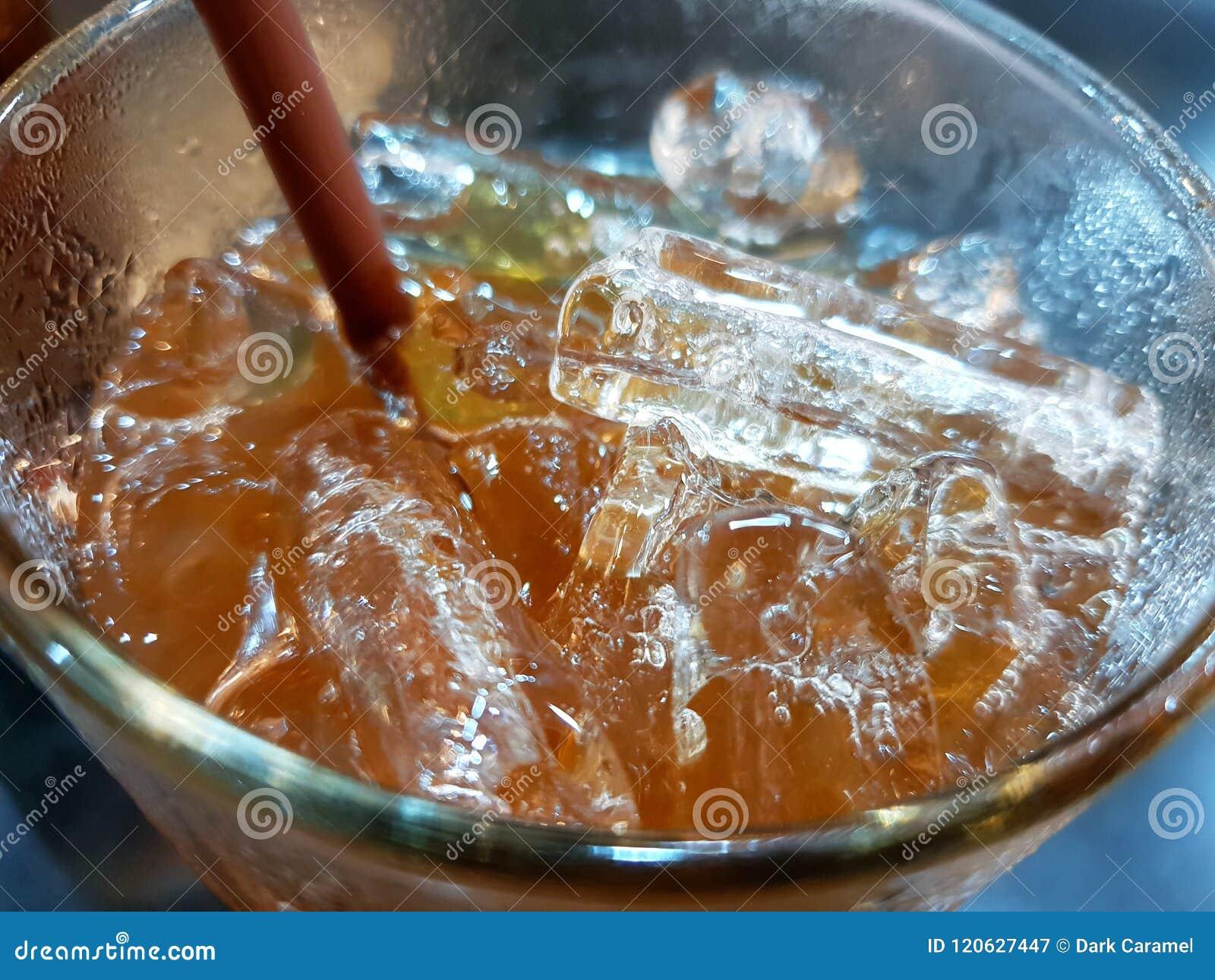 Vista superior do chá de gelo do limão em um vidro