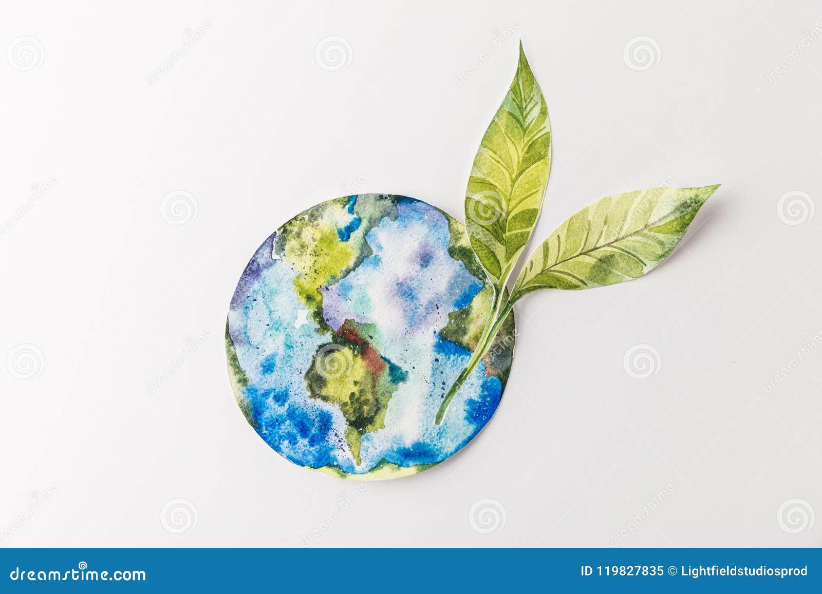 Vista superior do globo de papel colorido feito a mão com as folhas do verde isoladas no cinza, proteção ambiental e conceito da