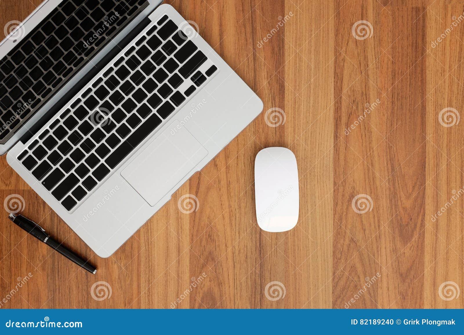 Vista superior do portátil sem caráteres no teclado, no rato e em uma pena no canto esquerdo superior Tenha o espaço no s direito