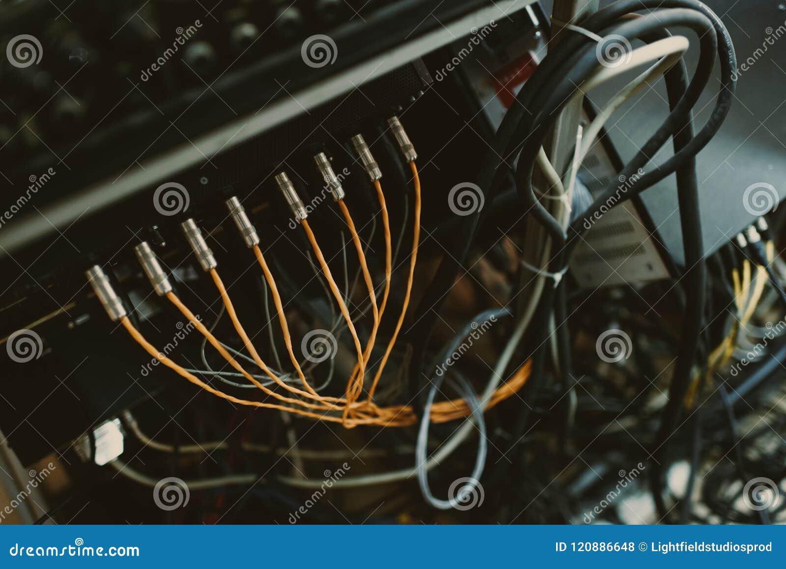 A vista superior dos fios pluged em