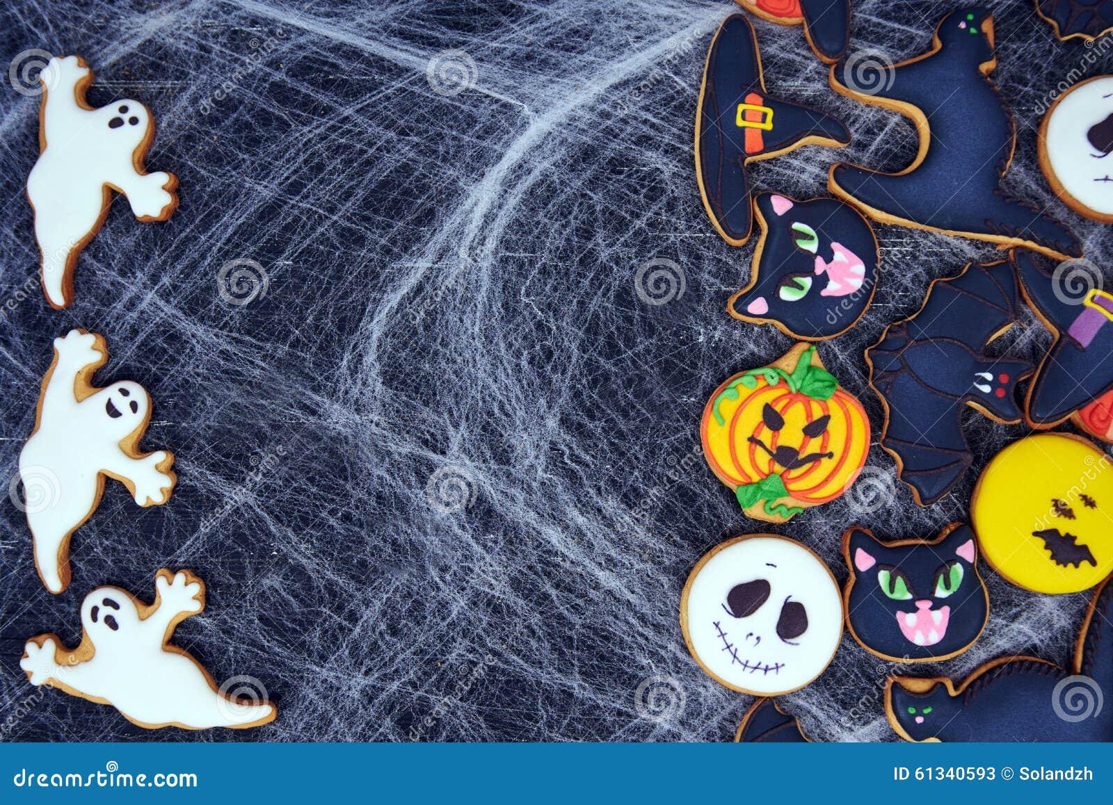 Vista superior em biscoitos engraçados do gengibre para Dia das Bruxas