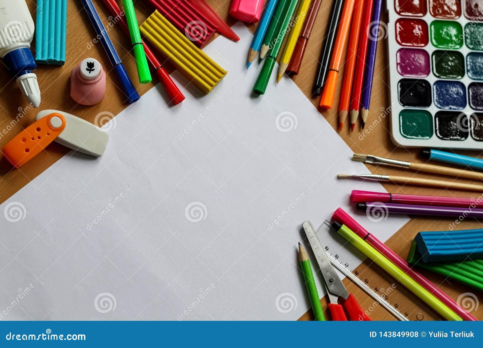 Vista superior na tabela com a folha de papel vazia De volta ao conceito da escola com espa?o para o texto A cor pinta com escova