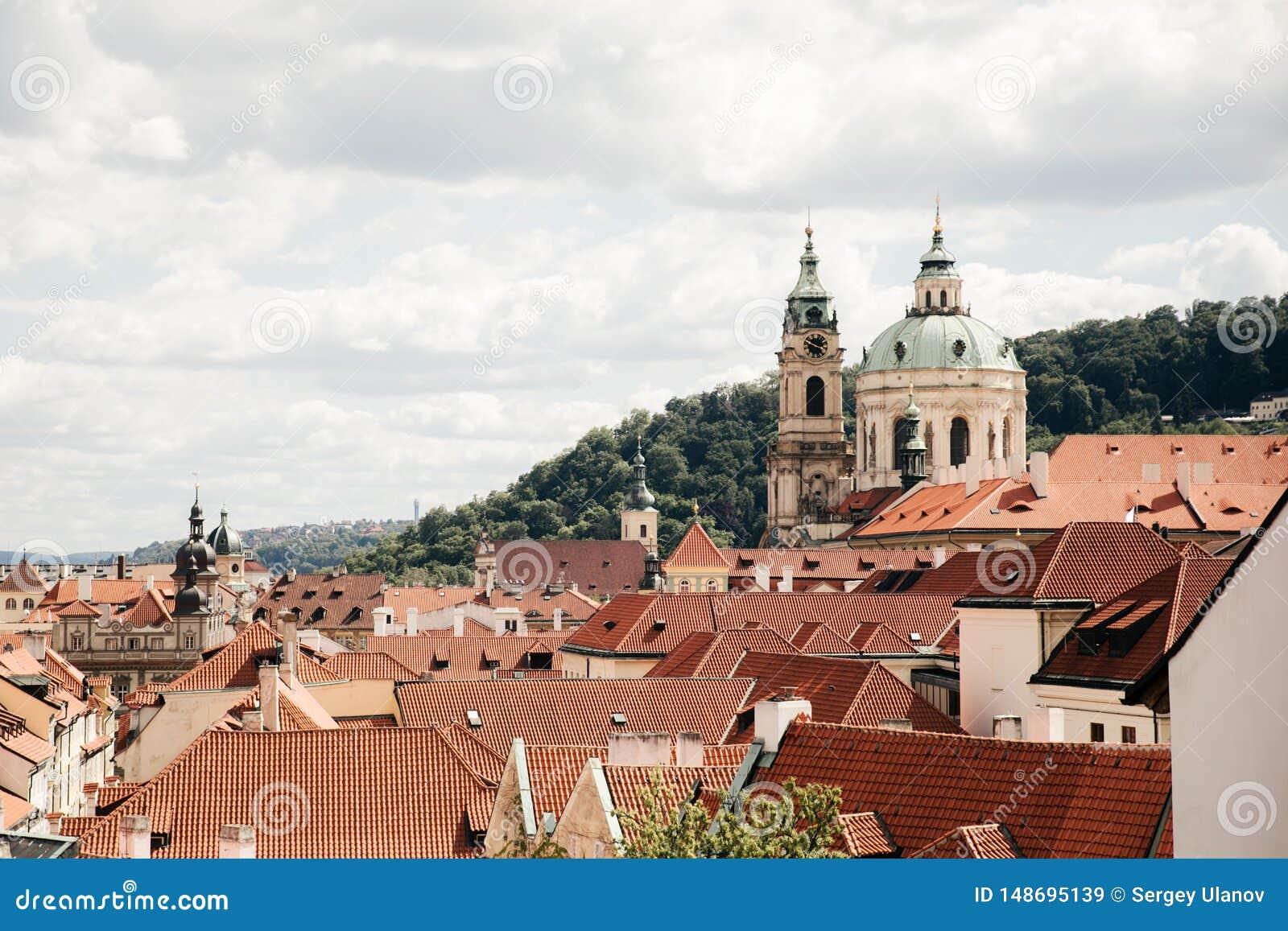 Vista superiore ai tetti di mattonelle rosse della citt? di Praga