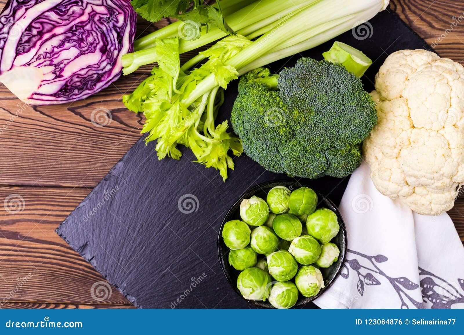 Vista superiore del assorti di cavolo, di broccoli, del cavolfiore, dei cavoletti di Bruxelles e del cavolo rosso - il concetto d