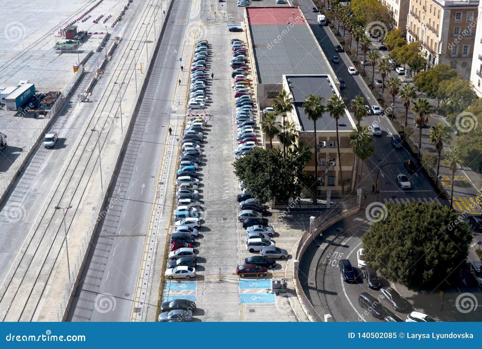 Vista superiore del parcheggio, automobili, strade Posti-macchina per il disabile