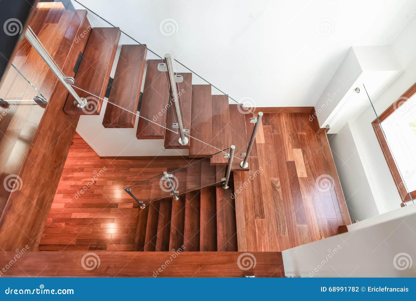 Vista superiore del seminterrato di mogano contemporaneo - Escaleras para sotanos ...