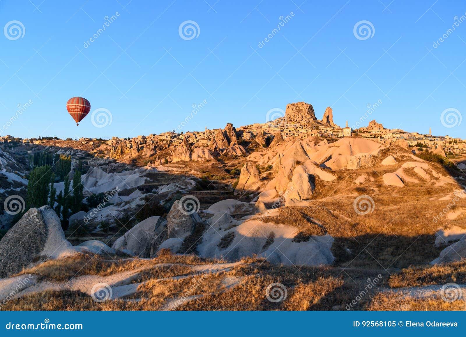 Vista superiore della città e del castello di Uchisar ad alba Cappadocia La Turchia