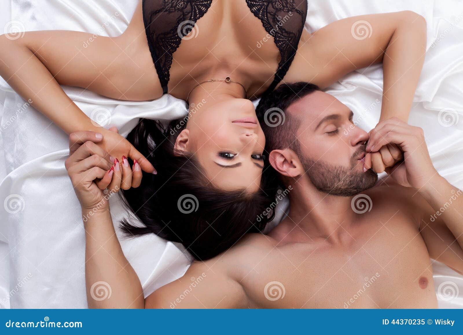 Vista superiore di giovani coppie amorose a letto