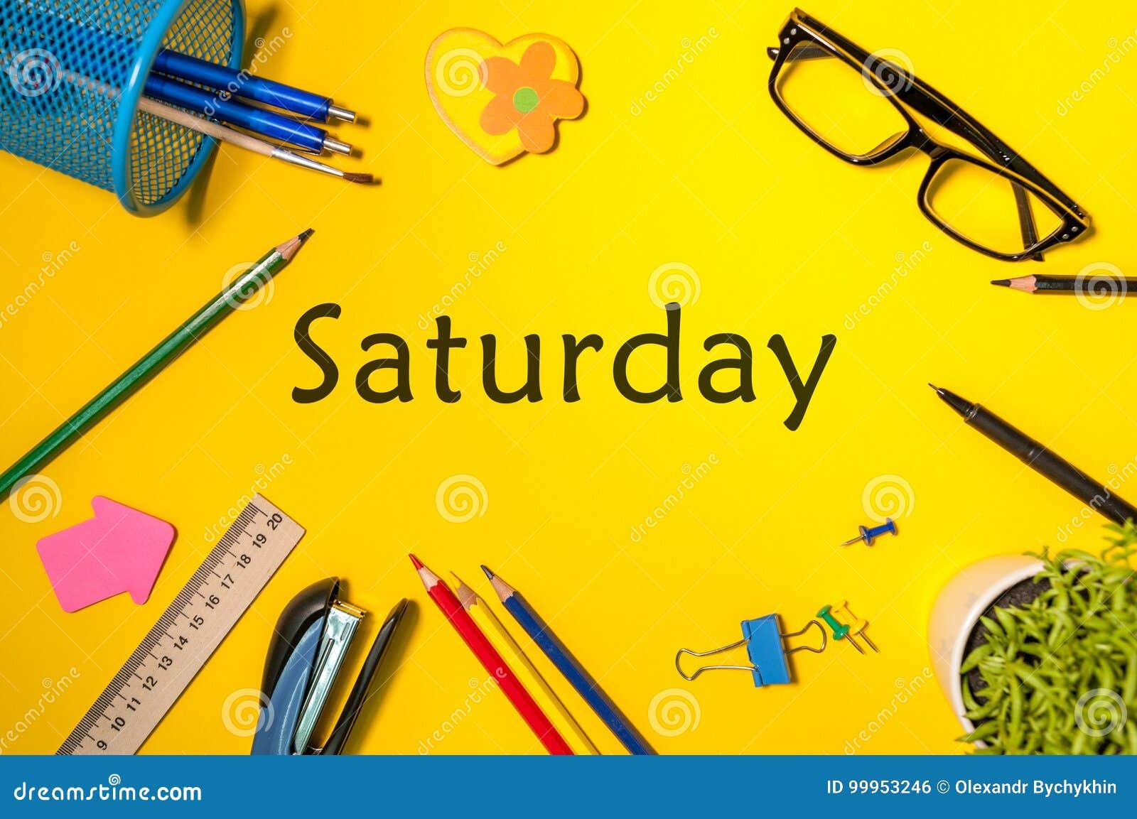 Vista superiore di sabato - parola sul posto di lavoro giallo con i  rifornimenti di scuola o dell ufficio Gestione di tempo e concetto di  programma f02001cc086