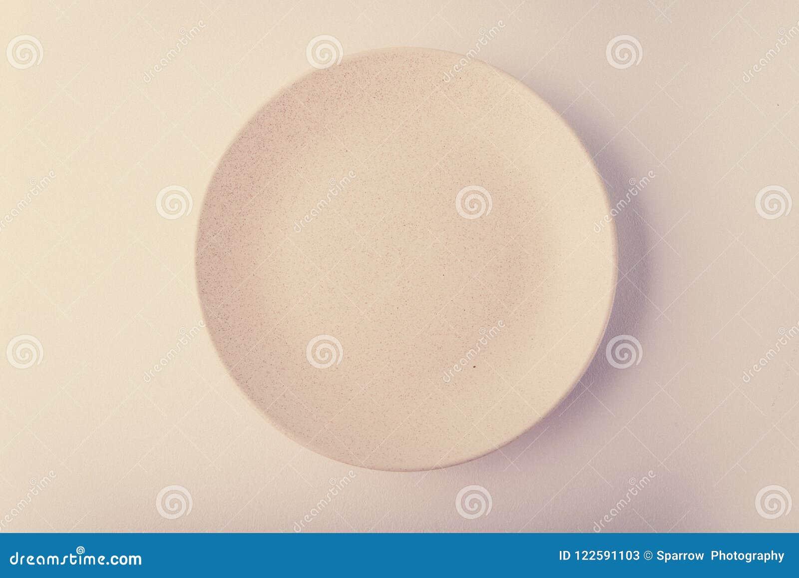 Vista superiore di un piatto pastello su un fondo pastello della pesca Fotografia dell alimento di minimalismo Stile geometrico