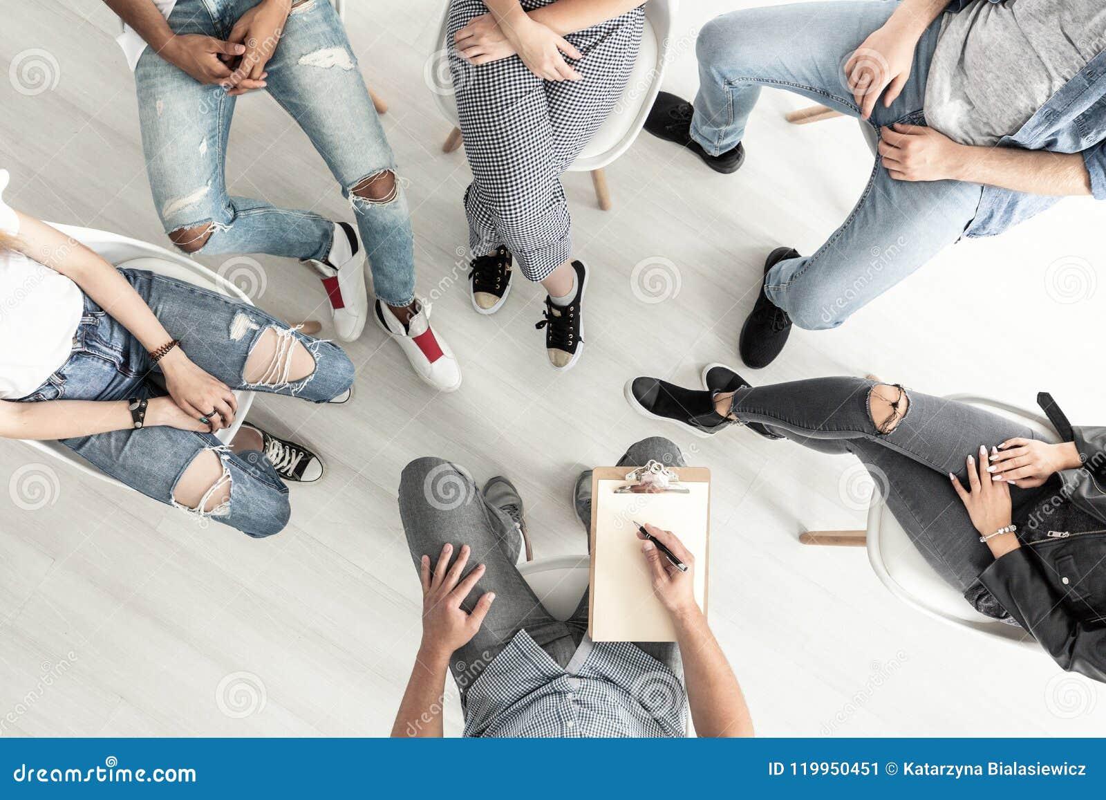 Vista superiore di una sessione di terapia del gruppo per spirito di lotta degli adolescenti
