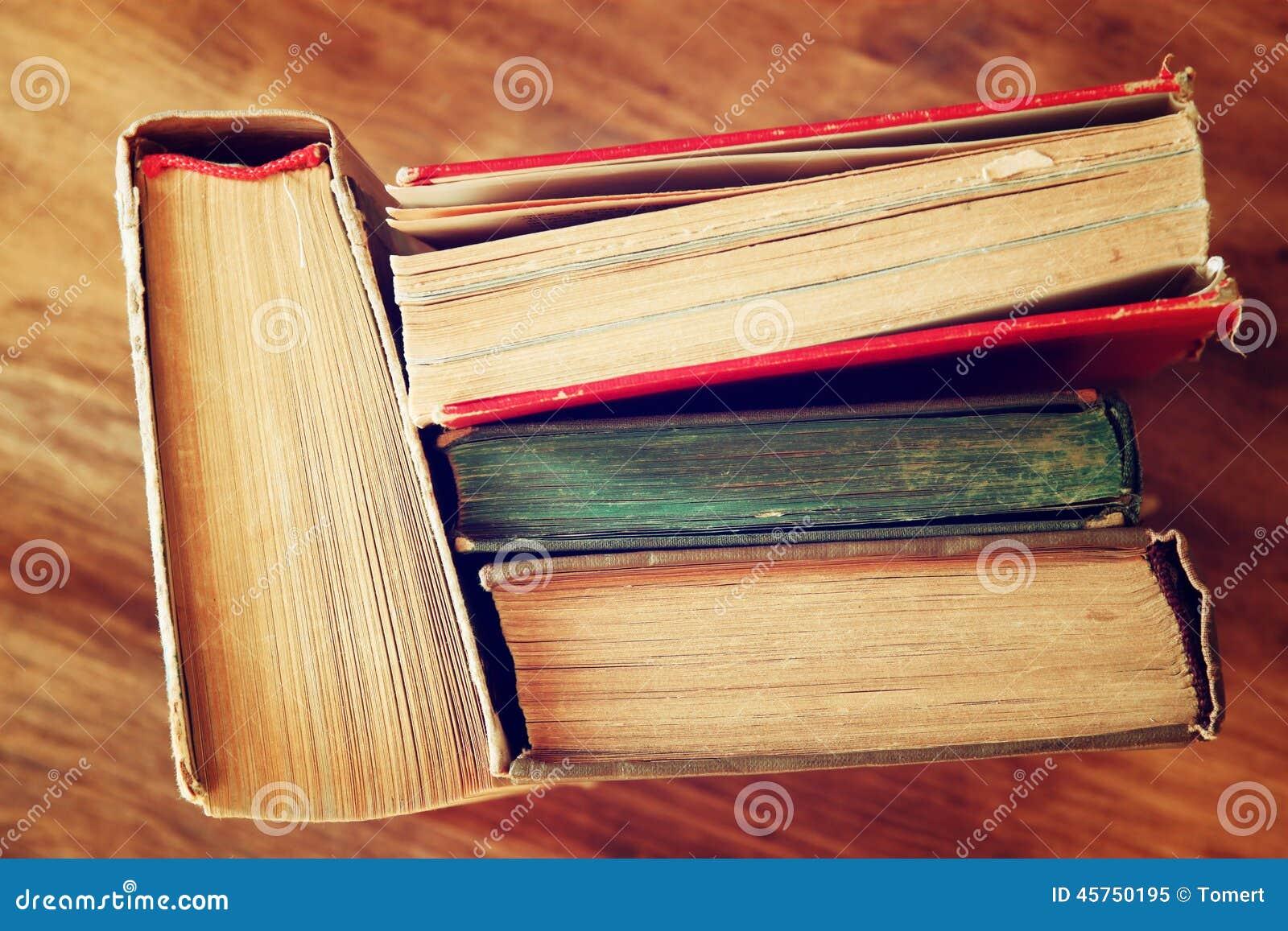 Vista superiore di vecchi libri su una tavola di legno retro immagine filtrata