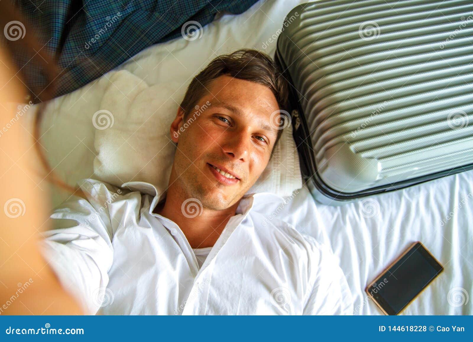 Vista superiore Giovane uomo d affari che si rilassa sul letto dopo un giorno duro sul lavoro