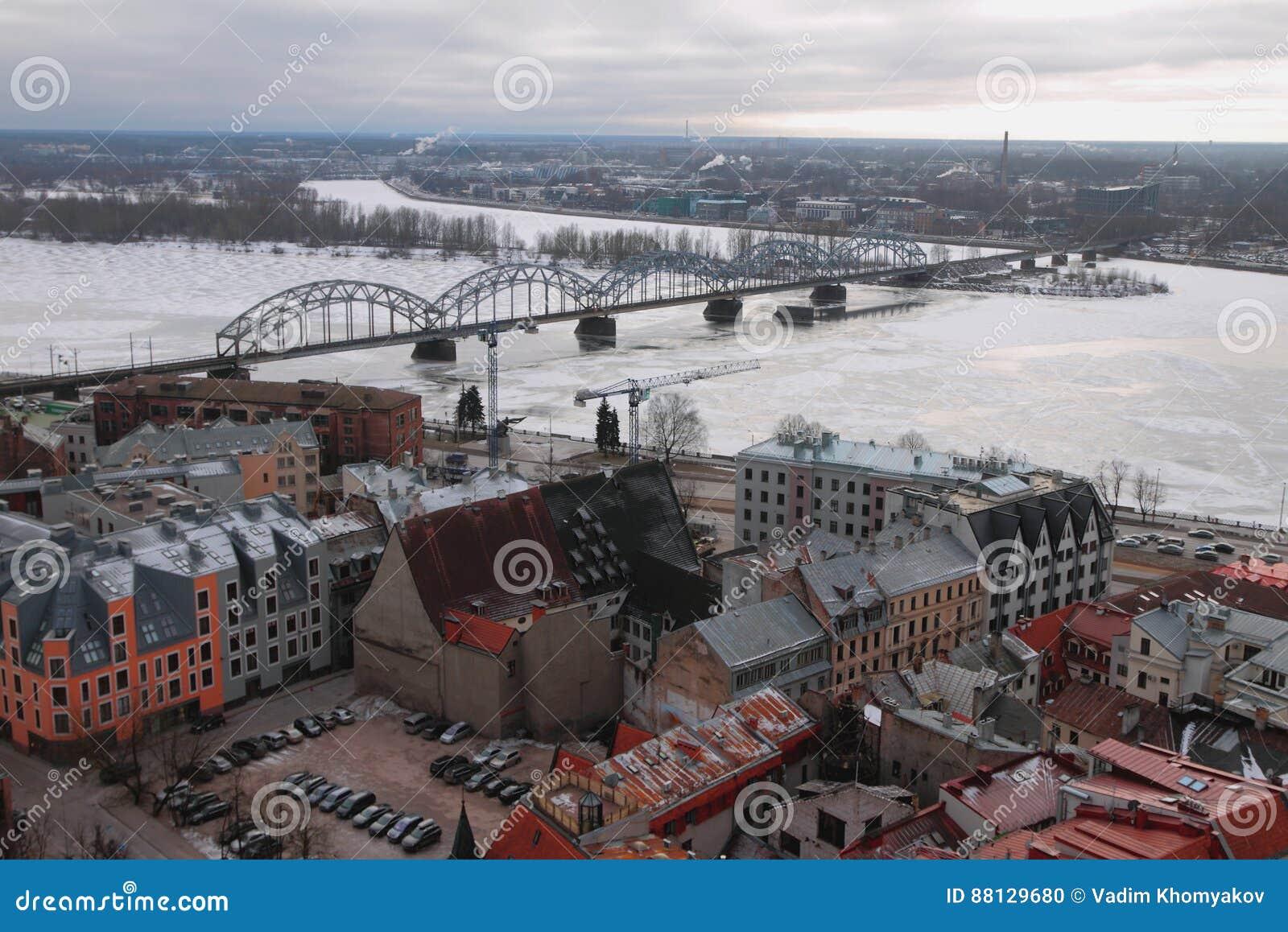 Vista superiore sulla città, sul fiume e sul ponte ferroviario Riga, Latvia