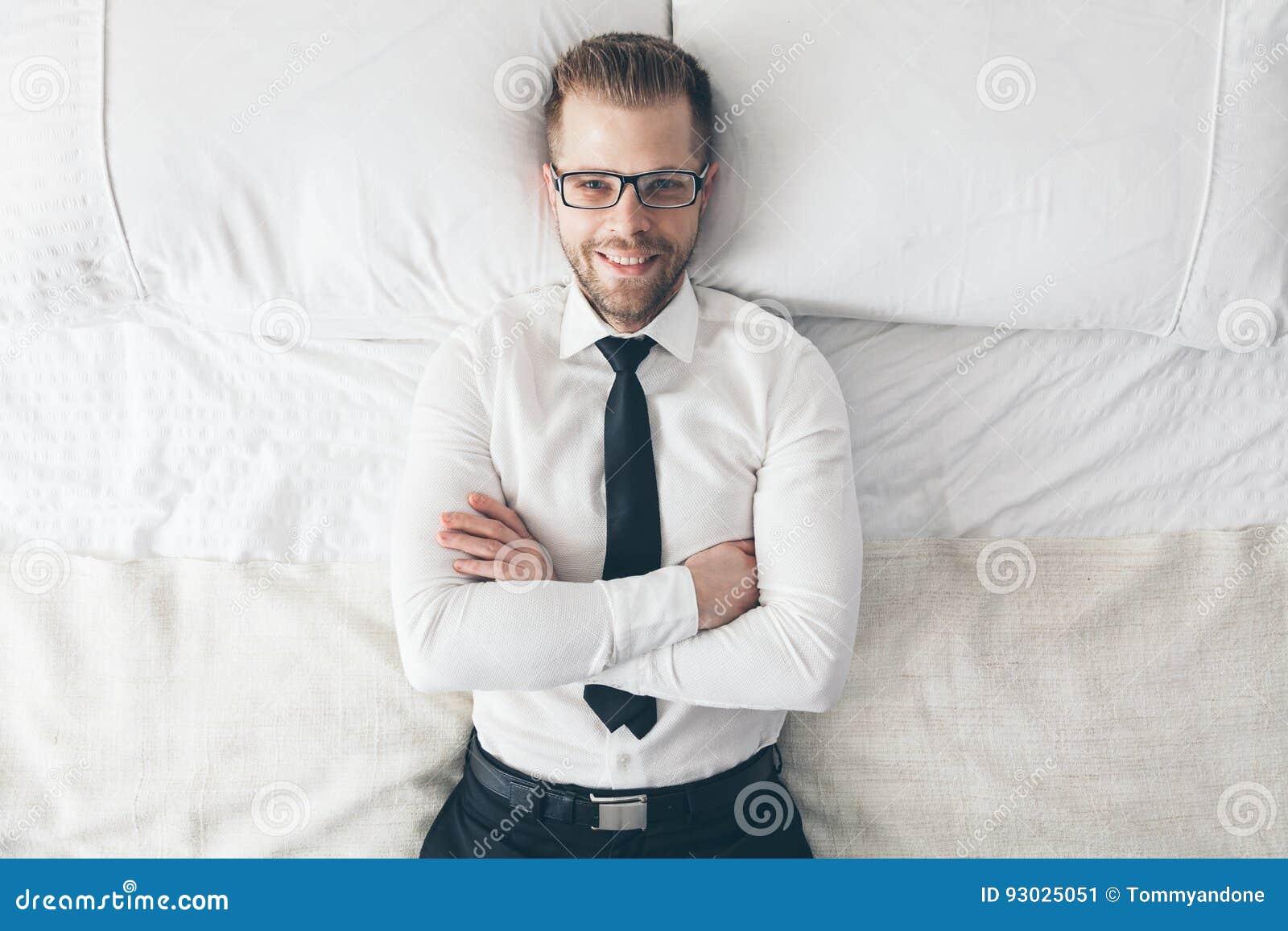 Vista superiore Uomo d affari bello con i vetri che si trovano sul letto