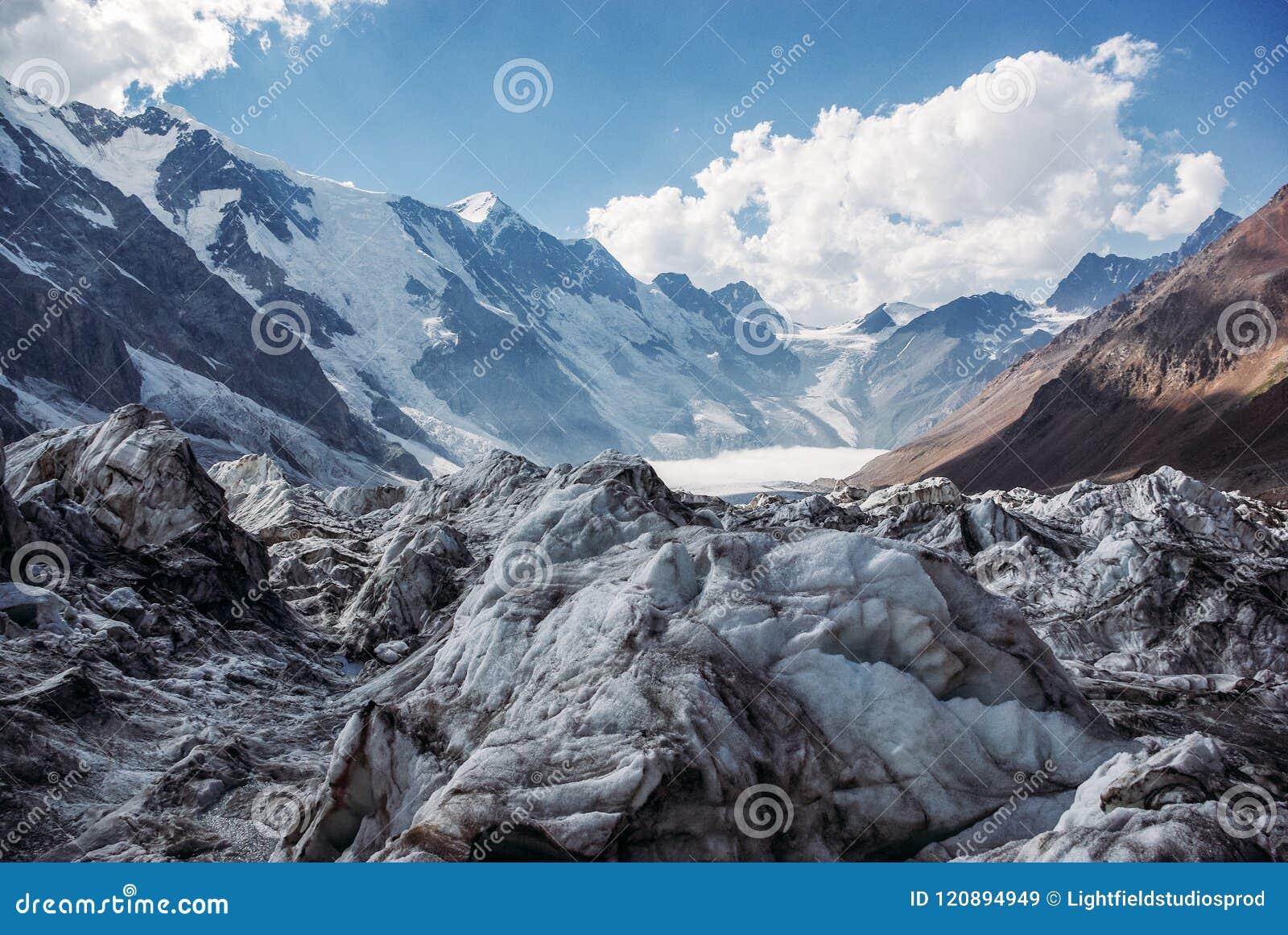 A vista surpreendente das montanhas ajardina com neve, Federação Russa, Cáucaso,