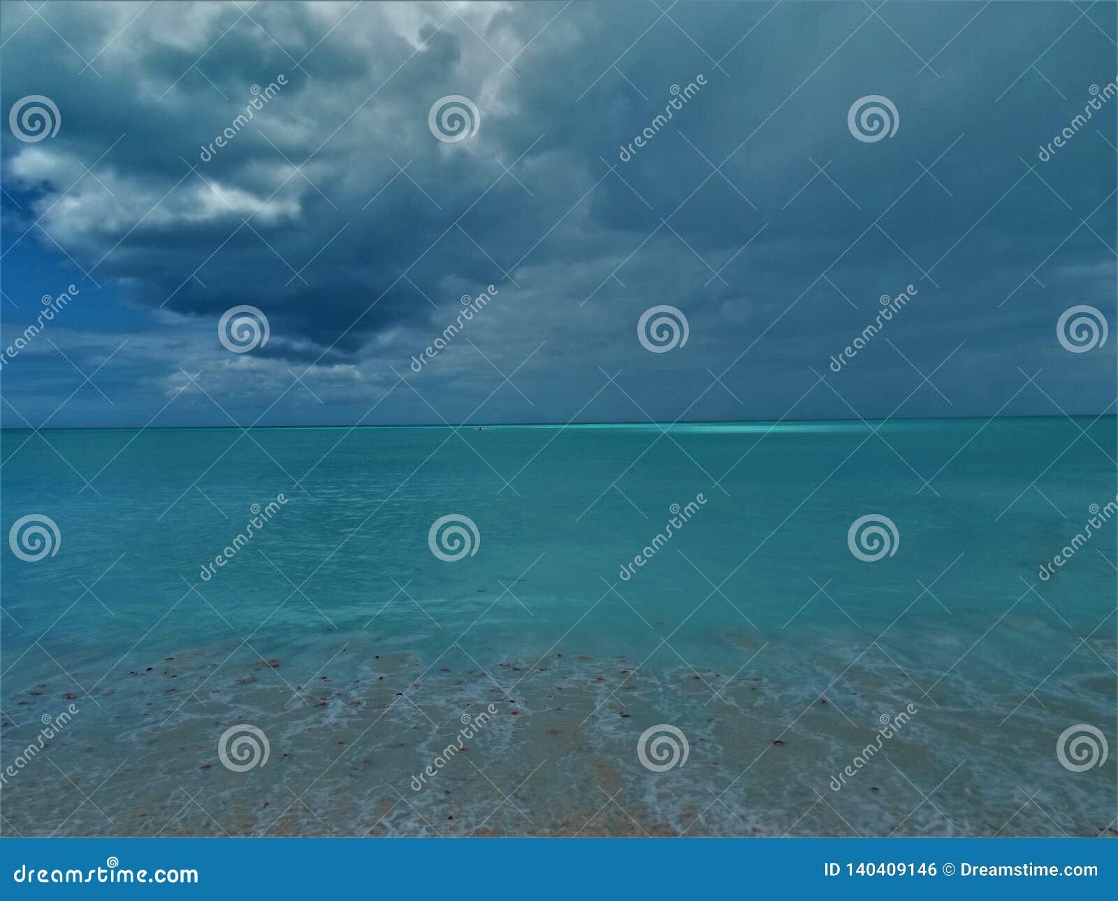 Vista tempestosa della spiaggia di Antiqua