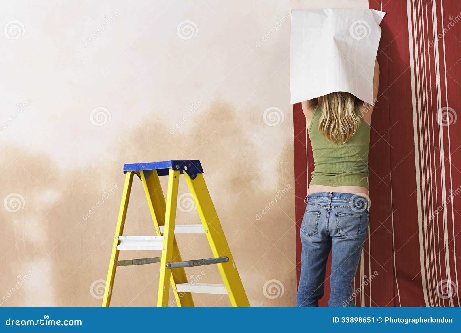Vista traseira do papel de parede de suspensão da mulher