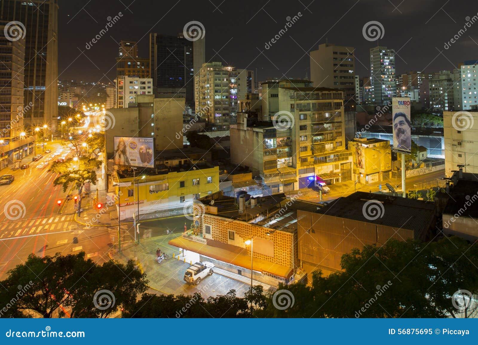 Vista urbana di Caracas alla notte con il tabellone per le affissioni di nuovi pres di Maduro