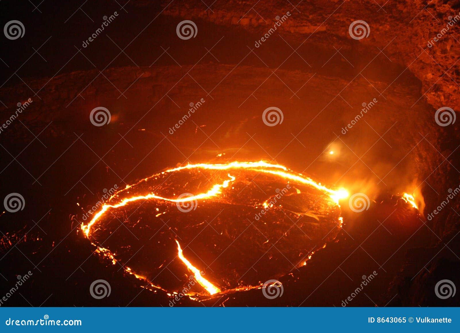 Vista vicina di notte al lago della lava della birra inglese di Erta