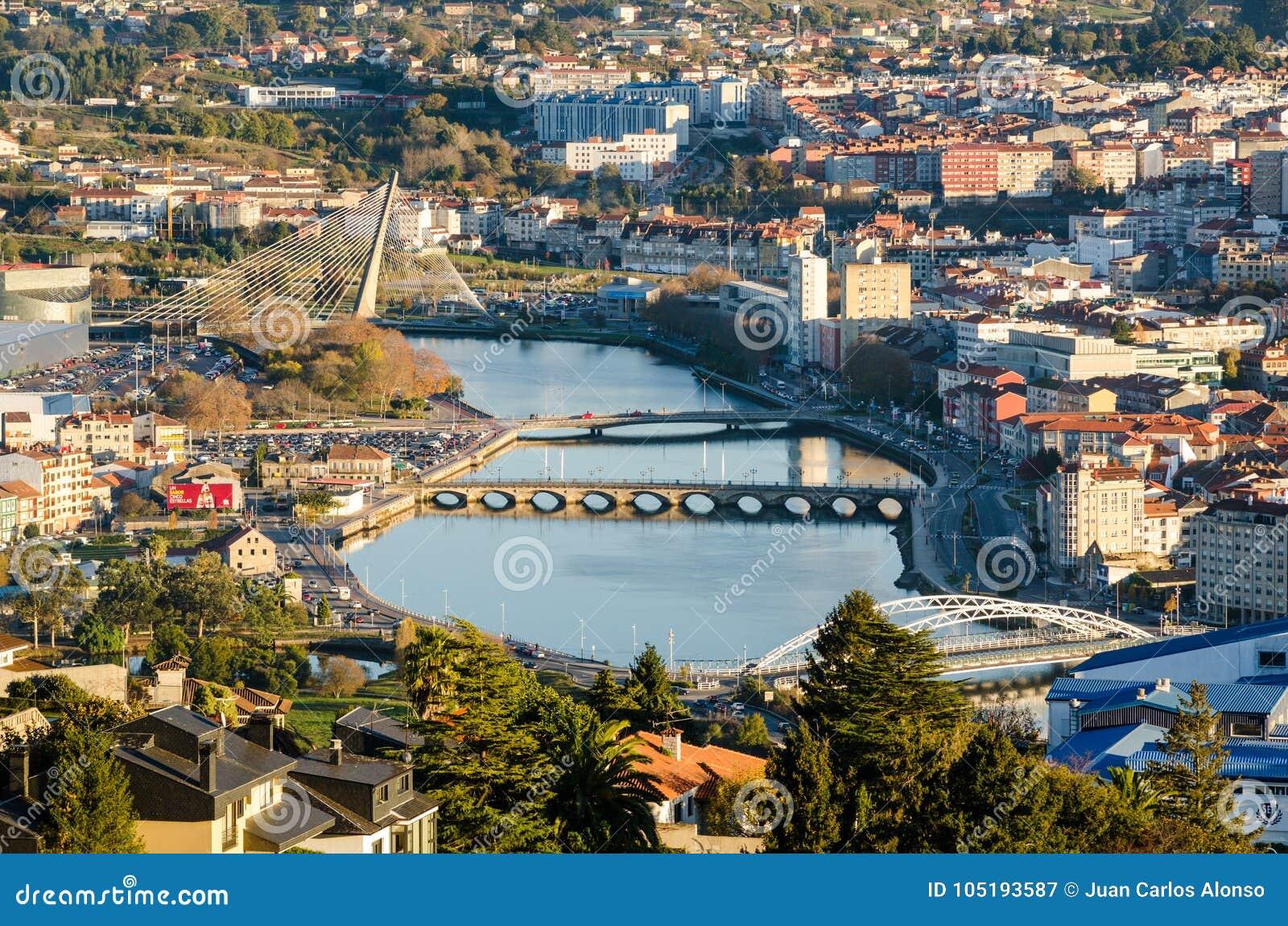 Vista zumata del fiume di Lerez nella città di Pontevedra in Galizia Spagna da un punto di vista elevato