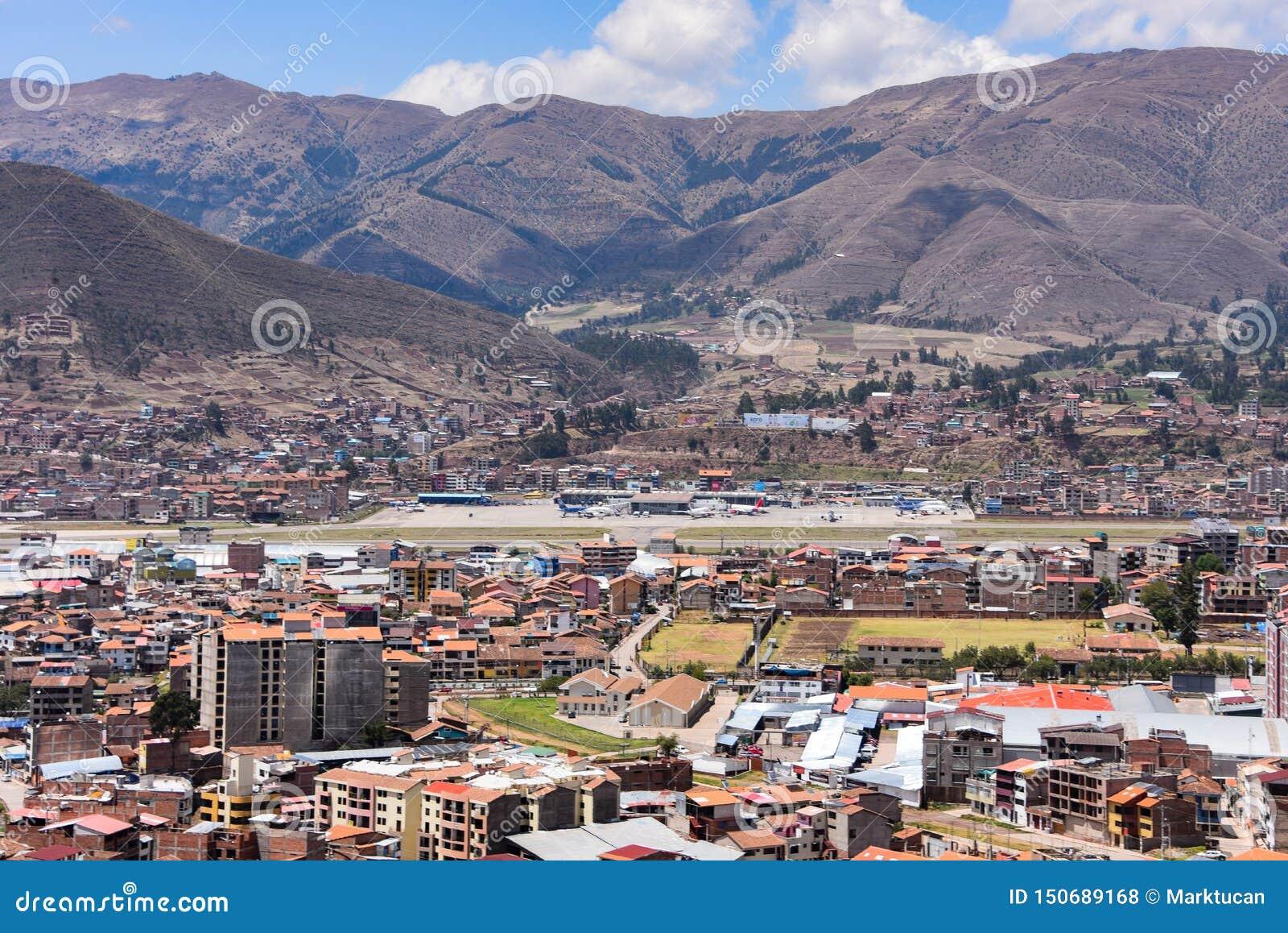 Vistas Al Aeropuerto De Cusco Y Al Barrio De San Sebastian Desde Rumiwasi Cusco Peru Foto De Archivo Editorial Imagen De Cusco Barrio 150689168