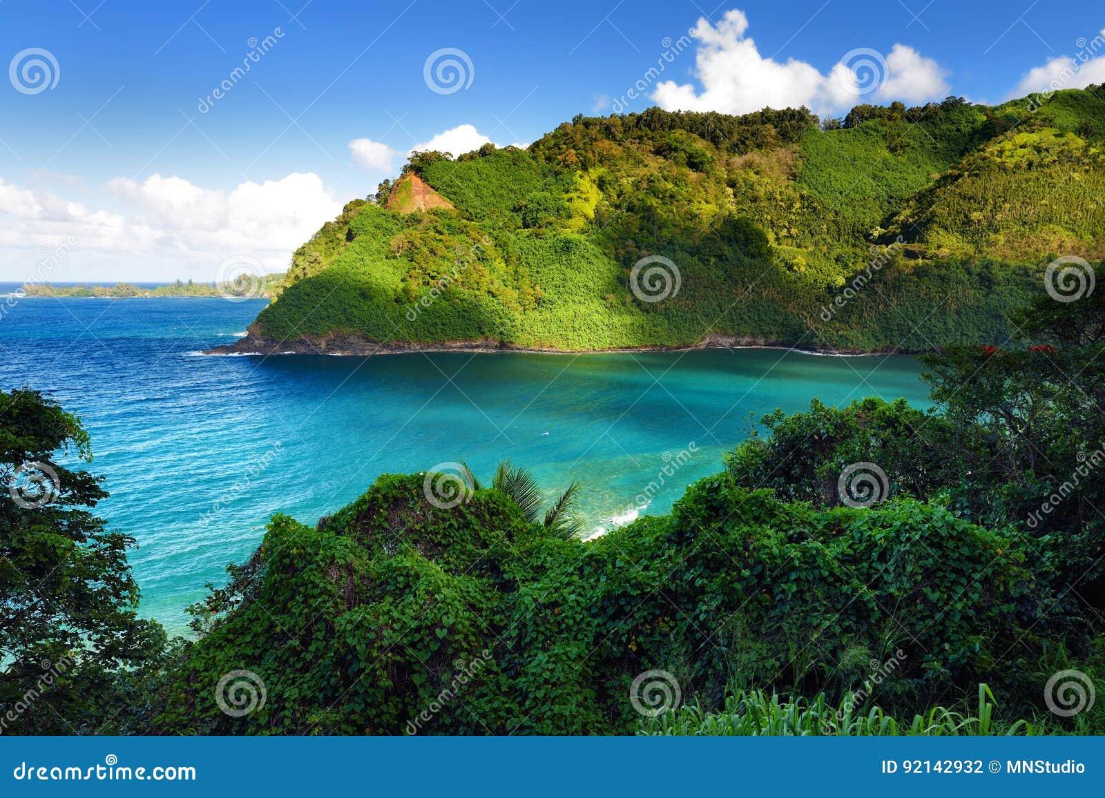 Vistas bonitas da costa norte de Maui, tomadas da estrada de enrolamento famosa a Hana