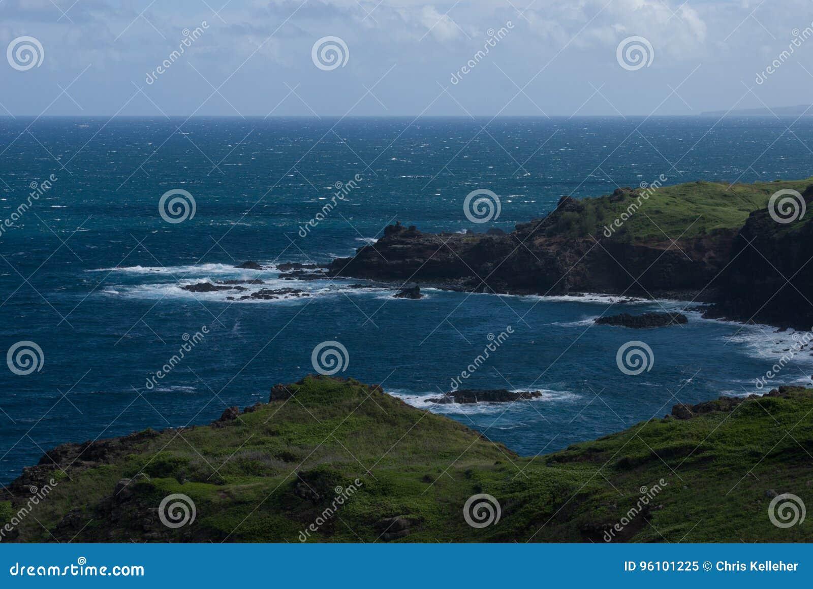 Vistas bonitas da costa norte de Maui, tomadas da estrada de enrolamento famosa a Hana Maui, Havaí