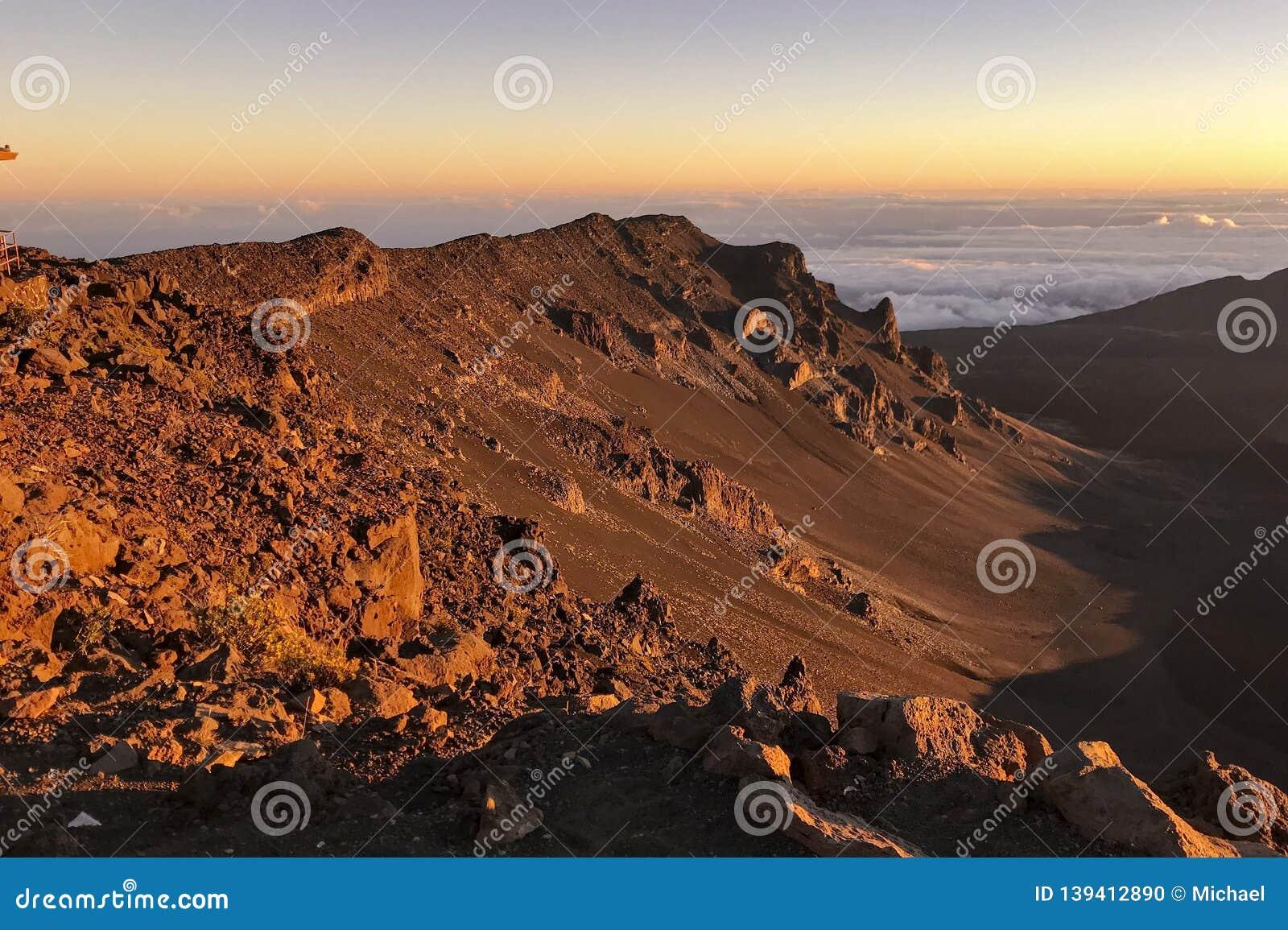 Vistas da cratera de Haleakala imediatamente depois do nascer do sol