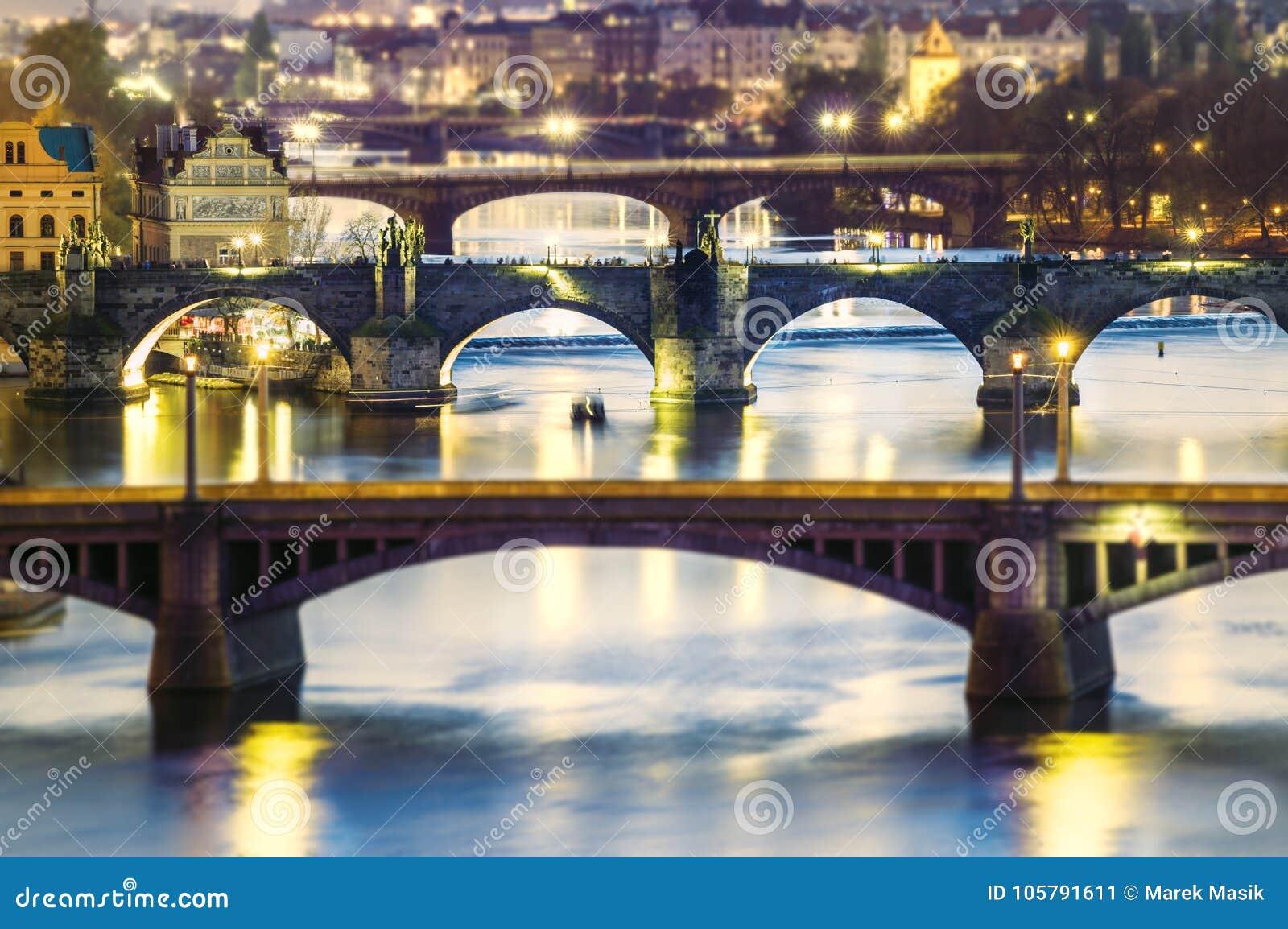 Vistas de la ciudad Praga y de puentes sobre el río Moldava