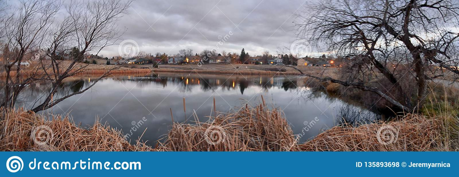 Vistas do trajeto de passeio da lagoa de Josh's, do por do sol refletindo em Broomfield Colorado cercado por Cattails, das plan