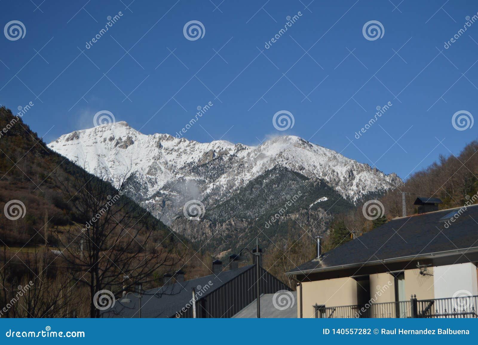 Vistas maravilhosas dos Pyrenees da vila de Bielsa Paisagens, natureza, história, arquitetura 29 de dezembro de 2014 Bielsa, Hues