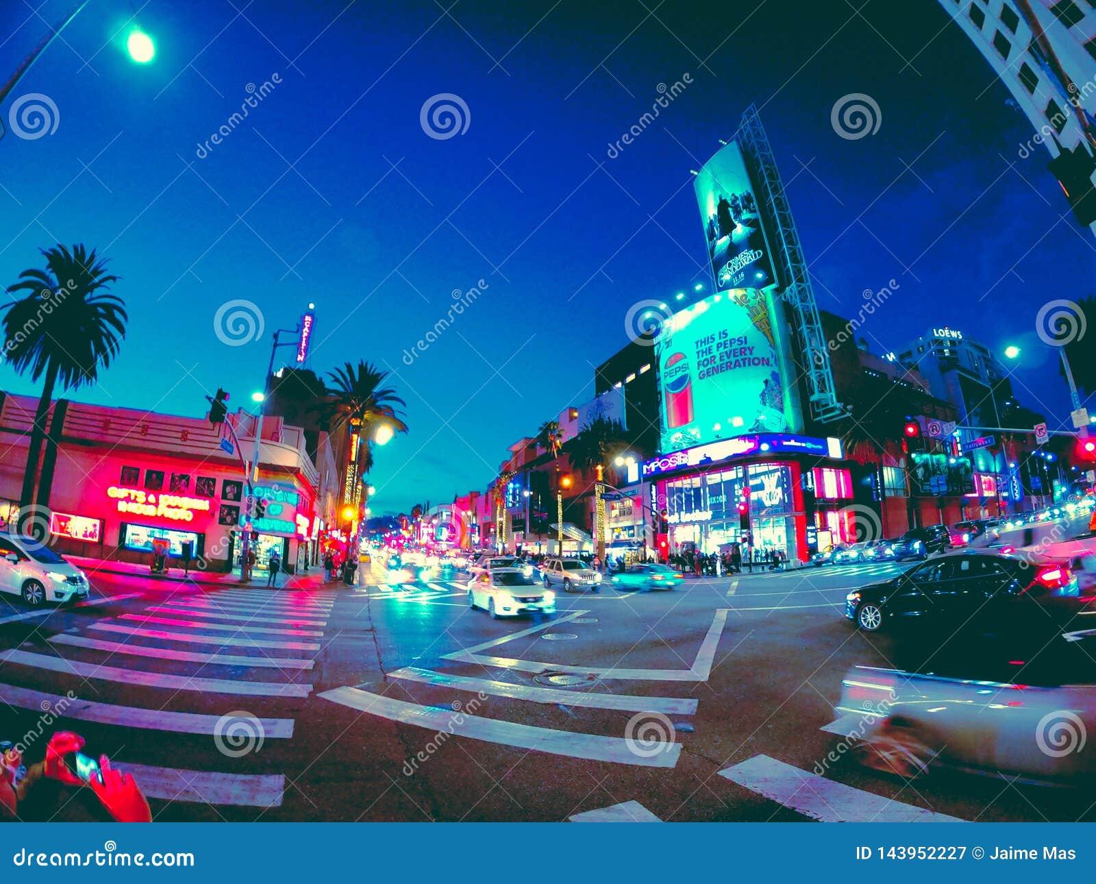 Vistas nocturnas agradables de la ciudad en California